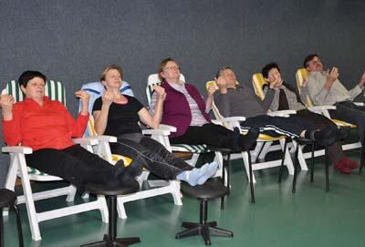 Entspannungsübungen sind Teil der Trainings- und Erholungswoche für pflegende Angehörige. Foto: SVLFG