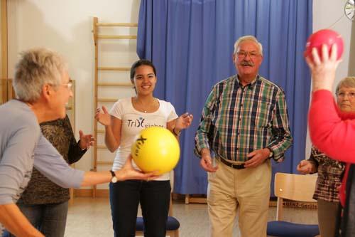 Mit Bewegungskursen zur Sturzprävention gesund bleiben, um auch im höheren Lebensalter selbständig und mobil zu bleiben. Foto: SVLFG
