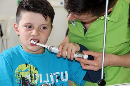Bei der Vorsorgeuntersuchung wird das richtige Zähneputzen mit der Handzahnbürste und auf Wunsch auch mit einer elektrischen Zahnbürste gezeigt. Foto: SVLFG