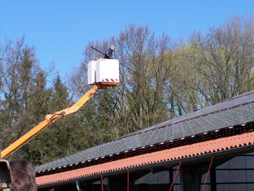 Photovoltaikanlagen werden am sichersten aus einer Hubarbeitsbühne heraus mittels Teleskopstange geräumt und gesäubert. Foto: SVLFG