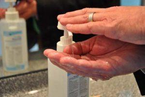 Handdesinfektion statt häufiges Händewaschen – eine hautschonende Alternative. Foto: SVLFG