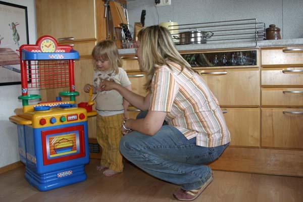 Gefahren durch Hitze können den Jüngsten beispielsweise an einer Kinderküche verdeutlicht werden.